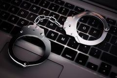 Conceito do crime do Cyber Algemas no laptop rendição 3d Fotografia de Stock