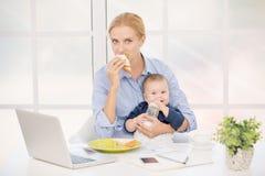 Conceito do cuidado do amor da maternidade do Parenting da mãe e da criança Imagens de Stock Royalty Free