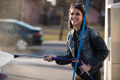 Conceito do cuidado do transporte O carro de lavagem no auto presta serviços de manutenção à estação com o dinamitador de alta pr Fotos de Stock Royalty Free