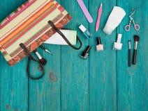 Conceito do curso - as mulheres do verão ajustaram-se com saco da palha, cosméticos fazem fotos de stock royalty free