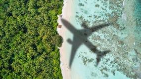 Conceito do curso do avião ao destino exótico imagem de stock