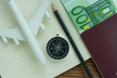 Conceito do curso com aviões do brinquedo, compasso, lápis, euro- cédula Foto de Stock