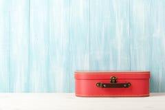 Conceito do curso com a mala de viagem retro do estilo no backgrou de madeira azul imagens de stock royalty free