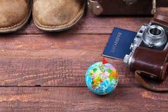 Conceito do curso com mala de viagem do vintage, óculos de sol, a câmera velha, as botas da camurça, a caixa para o dinheiro e o  Imagem de Stock Royalty Free