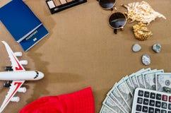Conceito do curso com passaportes, dólares, calculadora, plano do brinquedo e vidros foto de stock