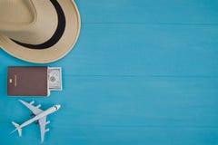 Conceito do curso: Configuração lisa do chapéu de palha, passaporte com dinheiro, pla Fotografia de Stock Royalty Free