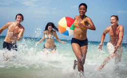 Conceito do curso das férias de verão dos amigos da bola de praia foto de stock