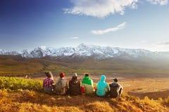 Conceito do curso das montanhas do grupo dos amigos imagens de stock royalty free