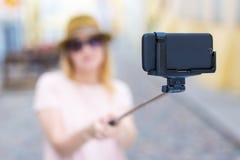 Conceito do curso e da fotografia - turista da jovem mulher que toma o auto fotografia de stock