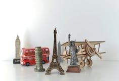 Conceito do curso e do turismo com lembranças de todo o mundo Fotos de Stock Royalty Free