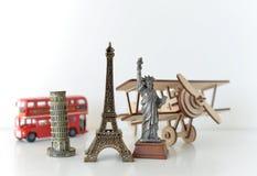 Conceito do curso e do turismo com lembranças de todo o mundo Foto de Stock