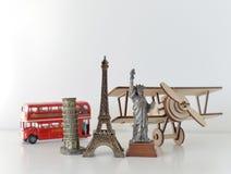 Conceito do curso e do turismo com lembranças de todo o mundo Imagens de Stock Royalty Free