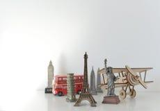 Conceito do curso e do turismo com lembranças de todo o mundo Fotografia de Stock