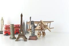 Conceito do curso e do turismo com lembranças de todo o mundo Imagem de Stock Royalty Free