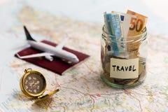 Conceito do curso - economias, compasso e passaporte do dinheiro em um mapa Fotografia de Stock Royalty Free
