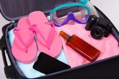 Conceito do curso - mala de viagem embalada completamente de artigos das férias Fotos de Stock Royalty Free