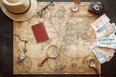 Conceito do curso, mapa à moda do caderno e passaporte no fundo do ofício Imagens de Stock Royalty Free