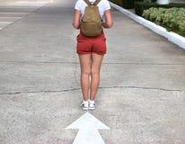 conceito do curso Mulher com passeio do chapéu e da trouxa Foto de Stock