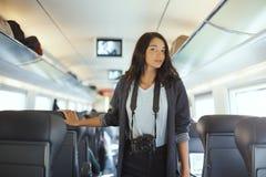 conceito do curso Mulher do turista com a câmera do dslr no trem imagens de stock