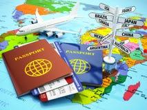 Conceito do curso ou do turismo Passaporte, avião, airtickets e de Fotografia de Stock