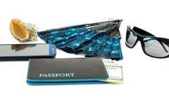 conceito do curso, telefone celular do passaporte, dólares no fundo branco foto de stock royalty free