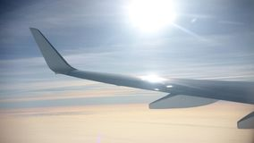 conceito do curso Vista do indicador do avião Weater ensolarado e céu azul Nuvens amarelas filme
