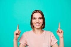 Conceito do desconto dos anúncios O retrato da senhora bonito para decidir recomendar escolhe a maneira da observação da picareta imagem de stock royalty free