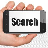 Conceito do desenvolvimento da Web: Mão que guarda Smartphone com busca na exposição Imagens de Stock Royalty Free