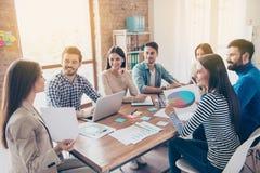 Conceito do desenvolvimento de equipas A reunião dos colegas, todo é i foto de stock