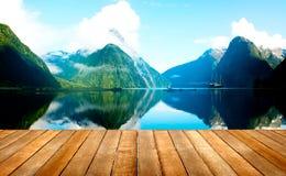 Conceito do destino do curso de Milford Sound Nova Zelândia fotografia de stock