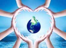 Conceito do dia da água do mundo: Mãos humanas colaboradoras agrupadas na forma do coração imagens de stock royalty free