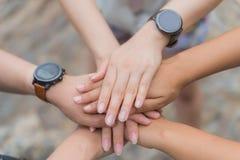 Conceito do dia da amizade As mãos batem e juntam-se junto Imagem de Stock Royalty Free