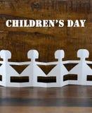 Conceito do dia das crianças felizes com bonecas de papel Imagens de Stock