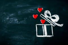 Conceito do dia do ` criativo s do amor ou do Valentim com caixa de presente e coração Fotografia de Stock Royalty Free