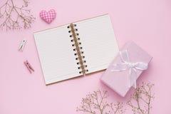 Conceito do dia do ` s da matriz Rosas cor-de-rosa com a caixa de presente no escritório d da mulher Fotografia de Stock Royalty Free