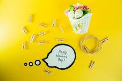 Conceito do dia do ` s das mulheres Inscrição no dia feliz de papel do ` s das mulheres e uma cesta com flores, corda e pregadore Fotos de Stock Royalty Free