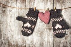 Conceito do dia do ` s do inverno, do amor ou do Valentim com luvas e vermelho mais Fotos de Stock Royalty Free