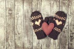 Conceito do dia do ` s do inverno, do amor ou do Valentim com luvas e vermelho mais Imagens de Stock Royalty Free