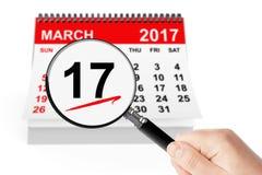 Conceito do dia do St Patrick 17 de março de 2017 calendário com lente de aumento Fotografia de Stock