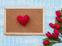 Conceito do dia do ` s da matriz flor das tulipas no backgr de madeira azul pastel Fotografia de Stock
