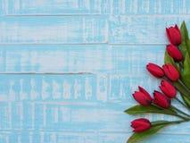 Conceito do dia do ` s da matriz flor das tulipas no backgr de madeira azul pastel Foto de Stock Royalty Free