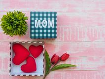 Conceito do dia do ` s da matriz o coração vermelho, tulipas floresce e giftbox em p Fotografia de Stock Royalty Free