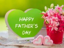 Conceito do dia do ` s do pai Zombaria do cartaz acima do molde com ramalhete da flor, do marshmallow na forma do coração e dos l Fotografia de Stock