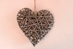Conceito do dia do ` s do Valentim Corações de vime no fundo cor-de-rosa imagem de stock royalty free