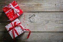 Conceito do dia do ` s do Valentim - presentes, doces, vidros no fundo de madeira rústico Fotos de Stock Royalty Free