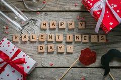 Conceito do dia do ` s do Valentim - presentes, doces, vidros no fundo de madeira rústico Fotos de Stock