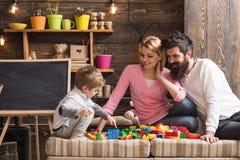 Conceito do divertimento Aprender é divertimento A família tem o divertimento com a construção ajustada Divertimento real foto de stock royalty free