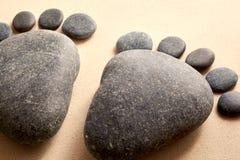 Conceito do divertimento de pegadas humanas na areia Imagens de Stock
