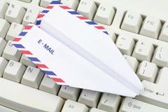 Conceito do email do teclado e do avião de papel Fotografia de Stock