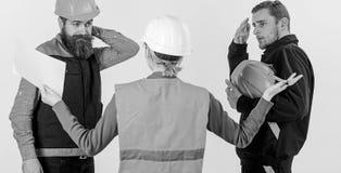 Conceito do engano Construtores e coordenador que discutem, entendendo mal foto de stock royalty free